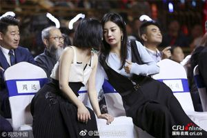 Sau bất hòa, Triệu Vy và Châu Tấn ôm vai bá cổ khi gặp nhau