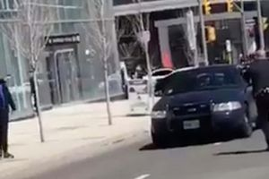 Cảnh sát Canada được khen vì bình tĩnh đối đầu kẻ đâm xe hàng loạt có súng