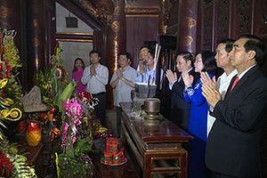 Dâng hương nhân kỷ niệm 1050 năm Nhà nước Đại Cồ Việt