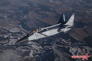 Đẹp mê ly khoảnh khắc siêu tiêm kích MiG-31 tiếp nhiên liệu trên không