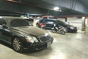 Xe siêu sang Maybach triệu đô 'bỏ xó', phủ bụi tại Hà Nội
