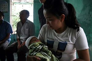 Người phụ nữ bị sét đánh tử vong: Đau lòng cảnh con nhỏ khát sữa mẹ