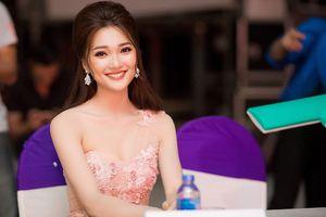 Người đẹp ảnh Ngọc Nữ khoe đường cong với váy đuôi cá trên 'ghế nóng'