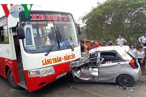 Tài xế taxi may mắn thoát chết ngay dưới gầm xe buýt
