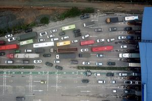 Xe cộ xếp hàng rời nội đô, cao tốc Pháp Vân ùn tắc dài chục km