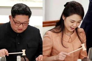Ông Kim Jong-un và phu nhân 'hứng thú' với chiếc búa nhỏ trên bàn tiệc