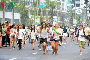 Hàng trăm người 'tắm màu sắc' trên đường chạy bên bờ vịnh Hạ Long