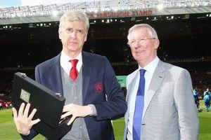 Có gì bên trong hộp quà Sir Alex Ferguson tặng HLV Wenger?