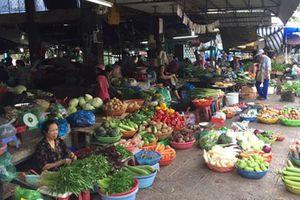 Chợ vắng, trung tâm thương mại đông đúc