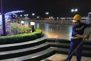 Bờ sông Hàn ngập rác sau đêm thi pháo hoa