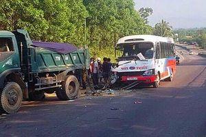Xe khách chạy lấn làn tông xe tải, 4 người thương vong