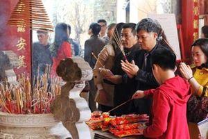Đi lễ chùa ngày RẰM THÁNG GIÊNG: Chỉ mang bánh kẹo, hoa quả tươi, không biết khấn vái bài bản có 'phạm' không?