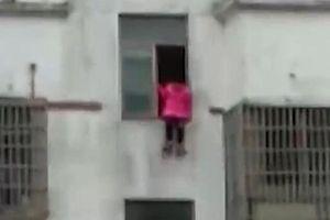 Không thể làm hết bài tập về nhà, bé gái 12 tuổi nhảy lầu tự tử