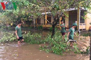 Bội đội giúp dân khắc phục hậu quả bão lũ
