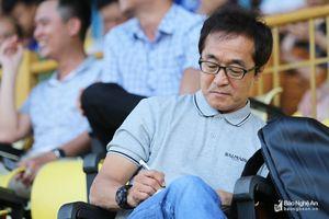 Trợ lý HLV Park Hang Seo 'vi hành' trận SLNA - Nam Định