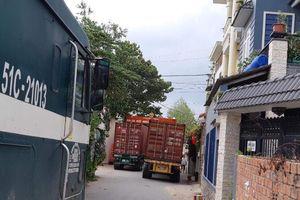 Kẹt xe trong khu dân cư vì tranh chấp của doanh nghiệp