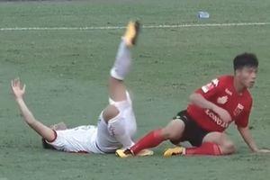 Cựu tuyển thủ U.20 Việt Nam dính chấn thương kinh hoàng sau pha vào bóng thô bạo của Tấn Tài