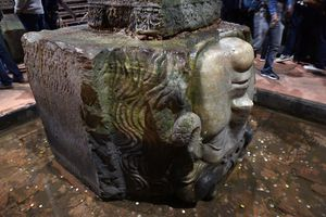 Tượng đầu quỷ lộn ngược trong cung điện bị đắm ở Istanbul
