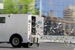 Ô tô chở tiền bị bung cửa, 600.000 USD bay khắp đường