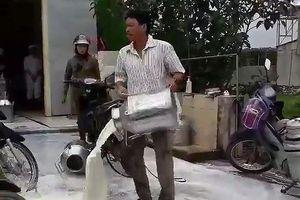 Nhà máy sữa Nghệ An nói gì vụ một hộ nông dân đổ sữa tươi?