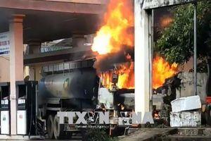 Xe bồn tiếp nhiên liệu bốc cháy tại cây xăng ở Sông Mã, Sơn La