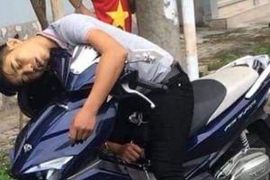 Nam thanh niên chết gục trên xe máy ven đường