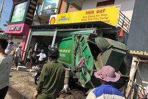 Xe chở rác mất lái đâm vào nhà dân, 3 người nguy kịch