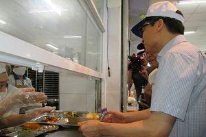 Những bữa cơm cùng công nhân và người nghèo của các vị lãnh đạo