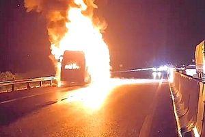 Xe khách Phương Trang cháy trơ khung trên cao tốc