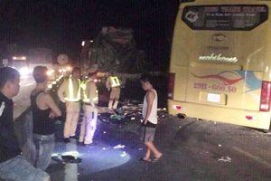 Xe khách va chạm container, 2 người chết, 14 người bị thương