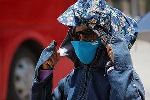 Nắng nóng gay gắt, người Hà Nội mặc như 'Ninja' ra đường