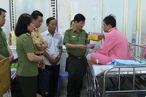 Thứ trưởng Nguyễn Văn Sơn thăm hỏi, động viên các chiến sĩ Công an bị thương
