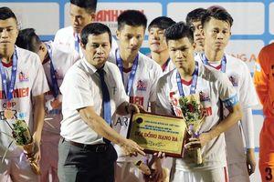 Chuyện khôi hài của bóng đá Việt: Đang xung đột bỗng 'đoàn kết' vì... trọng tài