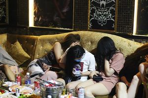 Nữ tiếp viên mặc mát mẻ trong quán karaoke chui quận 1