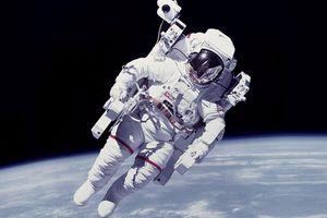Trắc nghiệm tiếng Anh: Tại sao phi hành gia lơ lửng trong không gian?