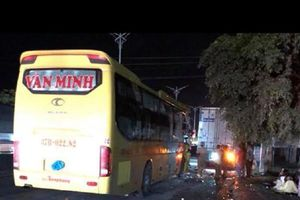 Xe khách Văn Minh (Nghệ An: Vượt ẩu đâm vào xe tải trên quốc lộ 1A km 401+500