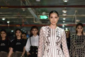 Hoa hậu Phạm Hương cùng 30 người mẫu 'đốt cháy' sàn diễn trong hầm giữ xe