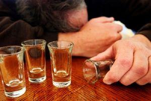 Một người đàn ông trung niên uống rượu ngã tử vong