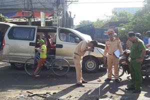Xe tải tông ôtô khiến 6 người bị thương, cả phường mất điện