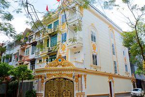 Biệt thự trắng phủ vàng nổi bần bật của đại gia Hà thành