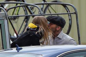 Con gái cặp đôi Vic - Beck diện đồ chim cánh cụt, hôn bố cực tình cảm
