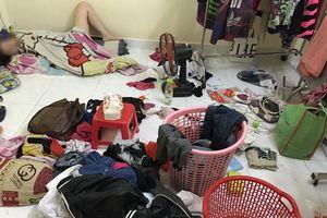 'Khoe' ảnh bạn gái nằm ngủ giữa đống đồ đạc ngổn ngang, chàng trai khiến nhiều người choáng váng