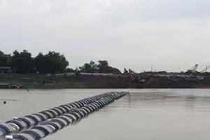 'Người nhái' lặn kiểm tra đường ống ngầm qua sông Đuống