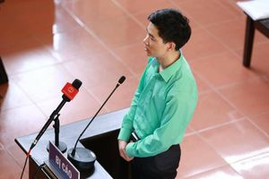 Vì sao bác sĩ Hoàng Công Lương mặc áo xanh suốt 3 ngày dự tòa?
