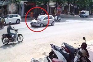 Clip: Ô tô chạy tốc độ cao tông cô gái qua đường văng lên nóc capo