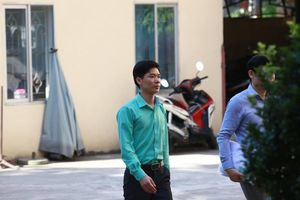 Vì sao bác sĩ Hoàng Công Lương mặc áo màu xanh trong suốt 3 ngày xét xử?