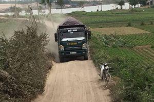 Phú Xuyên (Hà Nội): Xe tải chở cát cày nát đường đê, cơ quan chức năng bất lực?