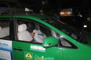 Thấy tài xế ngồi trên taxi đậu giữa đường, đến gần phát hiện nạn nhân tử vong