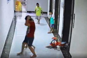 Bé trai nhập viện vì gạch ốp cửa thang máy rơi trúng đầu