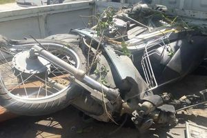 Ô tô tông bẹp dúm xe máy rồi lao thẳng xuống ruộng